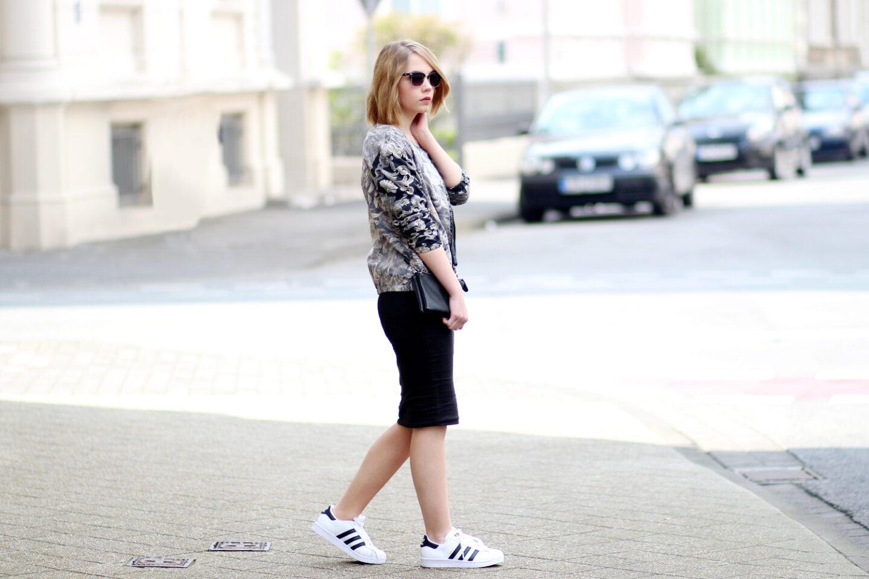 d25d9495d5d2 Blouson kombinieren - Outfit mit Midi Rock und Adidas Superstars ...