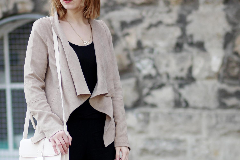 Bezaubernde Nana, bezauberndenana.de, Fashionblog, Outfit, Streetstyle, Frühlingsoutfit mit Wildlederjacke, beige Wildlederjacke misterlady, schwarze loose fit hose H&M, schwarze Sandaletten, Mango Tasche