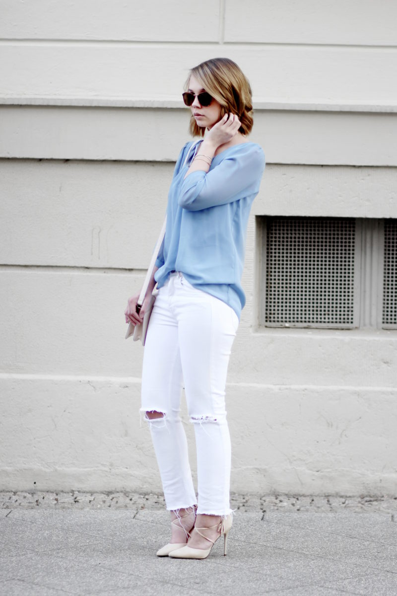 bezauberndenana-frühling-outfit-hellblaue-bluse-weiße