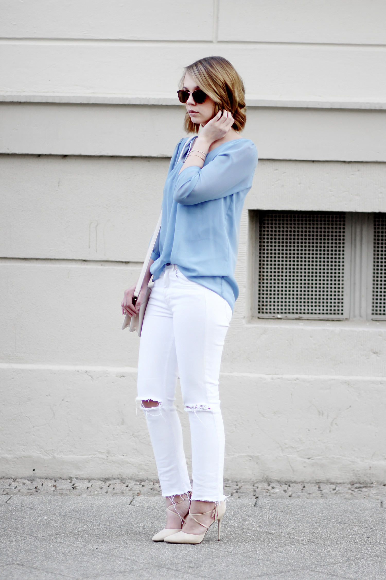 Bezaubernde Nana, bezauberndenana.de, Fashionblog, Pastellfarben, Outfit, Frühlingsoutfit, Outfit in Hellblau und Weiß, Streetstyle, hellblaue Bluse Clockhouse, weiße ripped Jeans H&M, Beige Lace Up Pumps JustFab