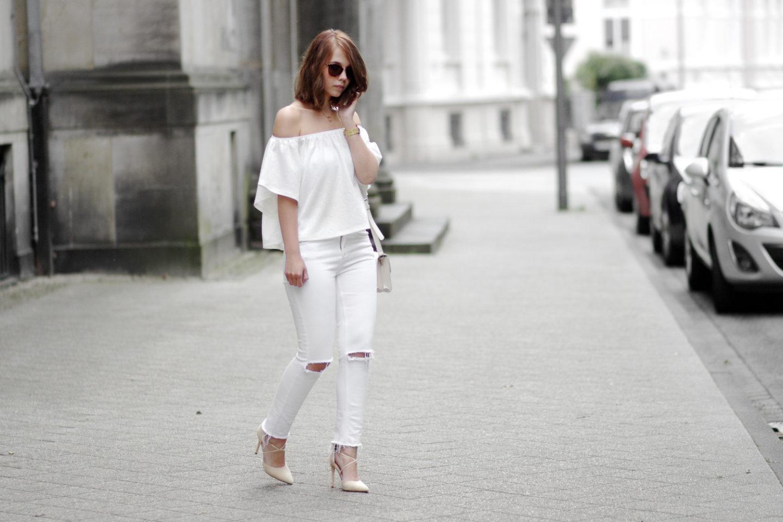 Bezaubernde Nana, bezauberndenana.de, Fashionblog, All White Outfit, weiße Off Shoulder Top, weiße ripped Jeans, Lace Up Pumps, Rosefiel Watch, Streetstyle, weißes Outfit für den Frühling