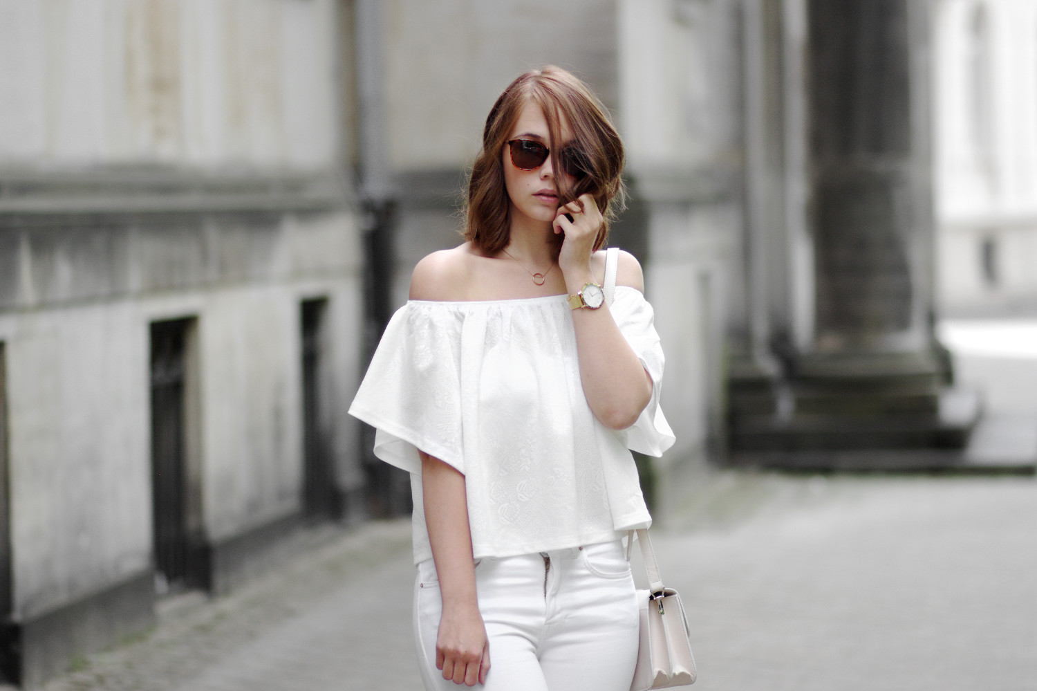 Bezaubernde Nana, bezauberndenana.de, Fashionblog, All White Outfit, weiße Off Shoulder Top, weiße ripped Jeans, Lace Up Pumps, Rosefiel Watch, Streetstyle, weißes Outfit für den Frühling