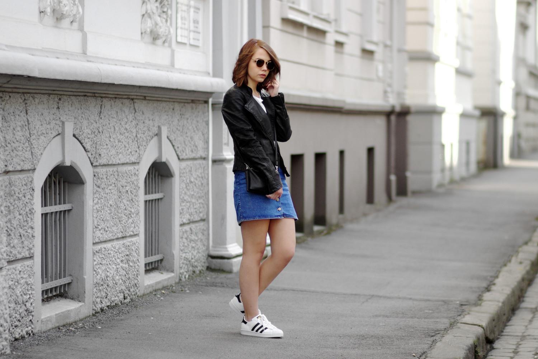 Bezaubernde Nana, bezauberndenana.de, Fashionblog, Outfit, Streetstyle, lässiges Outfit, Asos Jeansrock, Denim Rock, Reserved Lederjacke, Adidas Superstars, Frühlingsoutfit, sportlich, Outfit mit Jeansrock