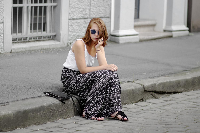 Bezaubernde Nana, bezauberndenana.de, Fashionblog, Basic Sommer Outfit mit Maxi Rock, Boho Maxirock, Fransen Sandalen, Streetstyle