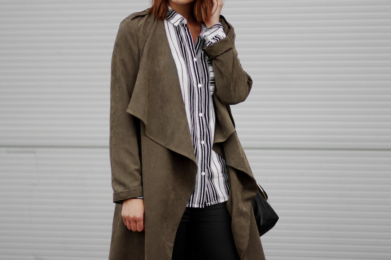 Bezaubernde Nana, bezauberndenana.de, Schwarz-weiß Outfit mit khaki Mantel, Mantel in khaki von Lookbook Store, gestreifte Bluse, schwarze Hose Mango, Lace Up Heels, Outfit, Streetstyle
