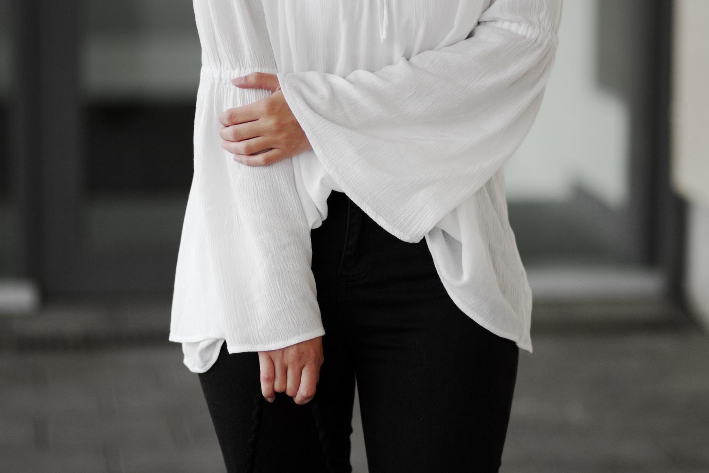 Bezaubernde Nana, bezauberndenana.de, Fashionblog, JustFab Erfahrung, JustFab Outfit, weiße Off Shoulder Bluse mit Trompetenärmeln, schwarze ripped Jeans, High Heels mit Fransen, Sandalen mit Fransen, Tasche mit Fransen, Boho Outfit, Schwarz-weiß, minimalistisch