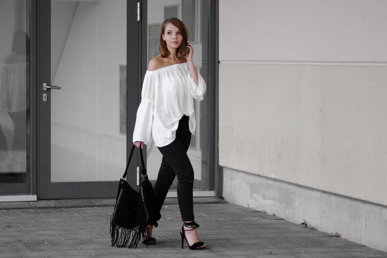 wei e off shoulder bluse schwarze ripped jeans und fransen heels meine justfab erfahrung. Black Bedroom Furniture Sets. Home Design Ideas