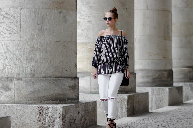 Bezaubernde Nana, bezauberndenana.de, Fashionblog, Outfit, gestreifte Off Shoulder Bluse von SheIn, schulterfreies Oberteil, weiße Jeans, Lace Up Sandalen, minimal, black and white outfit, Streetstyle