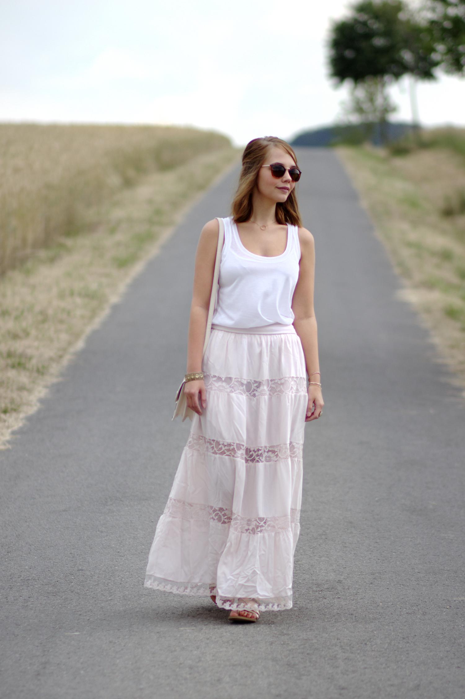 Bezaubernde Nana, bezauberndenana.de, Fashionblog, Outfit, rosa Maxirock mit Spitze, Layering Look, weißes Top, goldene Sandalen, Sommeroutfit, Kornfeld