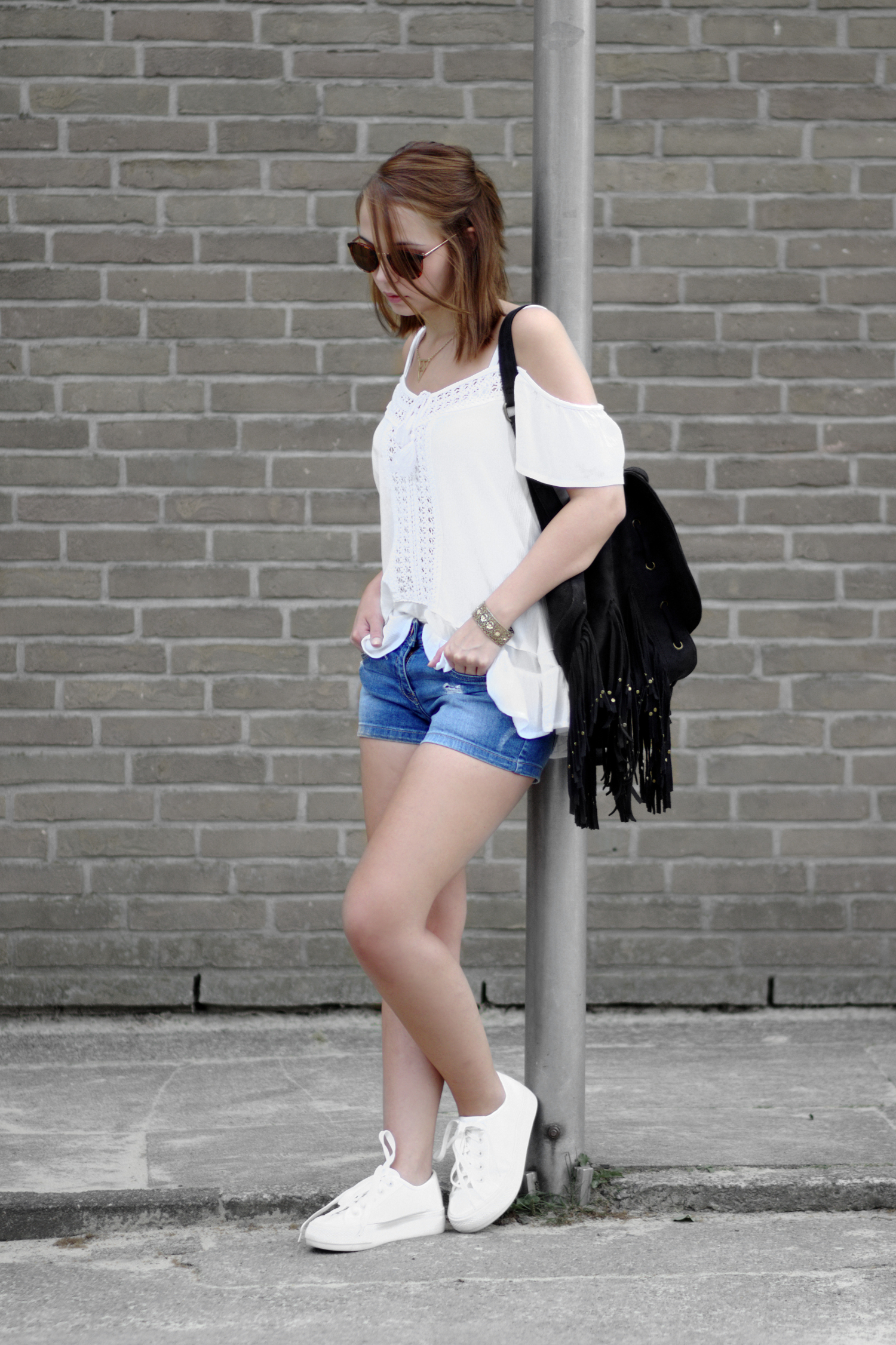 Bezaubernde Nana, bezauberndenana.de, Sommer Outfit mit Jeans Shorts, schulterfreies Oberteil, Off Shoulder, Plateau Sneaker, sportliches Outfit, Streetstyle