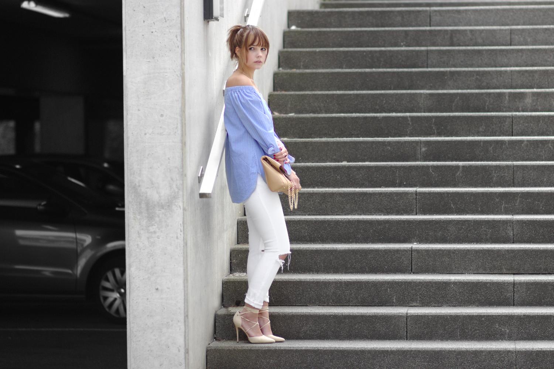 Bezaubernde Nana, bezauberndenana.de, Fashionblog, Outfit, weiße Jeans und Off Shoulder Bluse, blaue Off Shoulder Bluse mit Knöpfen, weiße ripped Jeans, beige Lace Up Pumps, beige Clutch, Sommeroutfit, Streetstyle