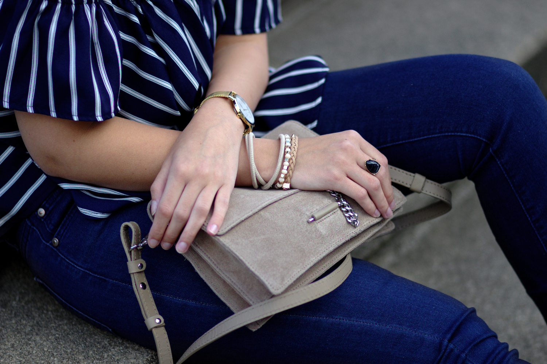 Bezaubernde Nana, bezauberndenana.de Fashionblog, Sommer Outfit mit Flared Jeans, gestreifte Off Shoulder Bluse, Beige Lace Up Pumps, Mango Tasche, Chloe Faye Lookalike