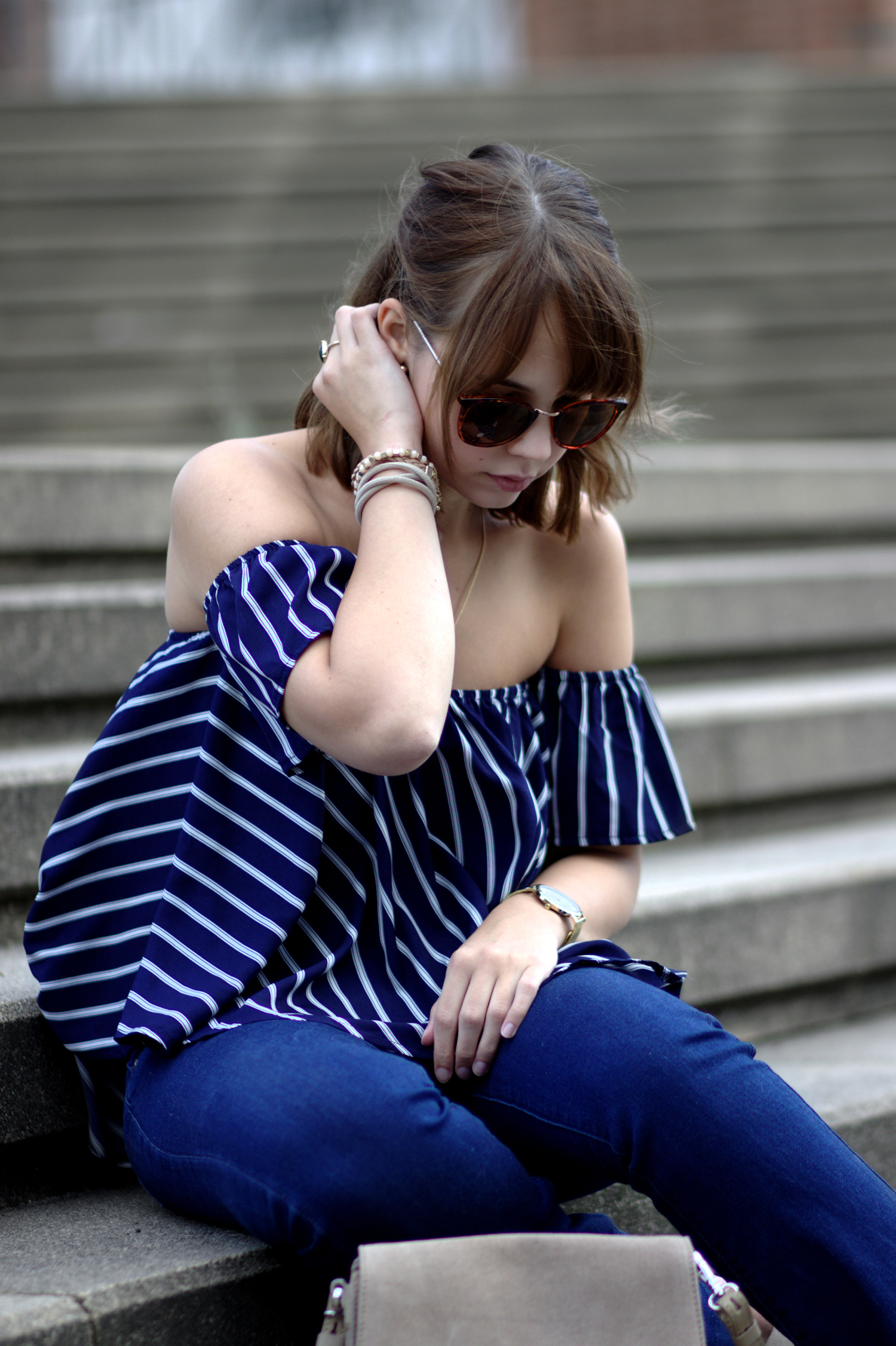 Bezaubernde Nana, bezauberndenana.de Fashionblog, Sommer Outfit mit Flared Jeans, gestreifte Off Shoulder Bluse, Beige Lace Up Pumps, Mango Tasche, Chloe Faye Lookalike