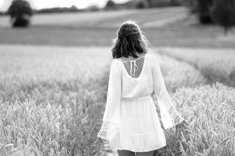 Bezaubernde Nana, bezauberndenana.de, Modebloggerin vom Lande, weißes Sommerkleid im Kornfeld, Kleid mit Trompetenärmel, Outfit, Gedanken