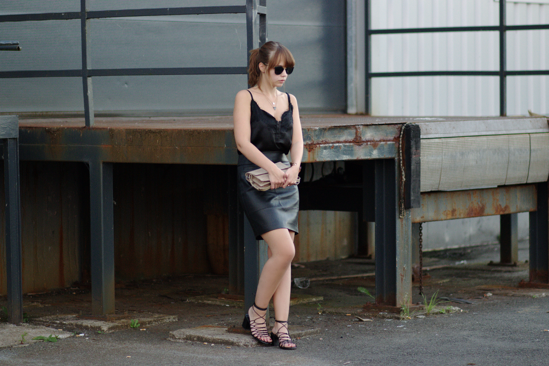 Bezaubernde Nana, bezauberndenana.de, All Black Outfit, Outfit mit Leder und Spitze, schwarzer Lederrock, schwarzes Lace Top, Marmor Schmuck, Streetstyle