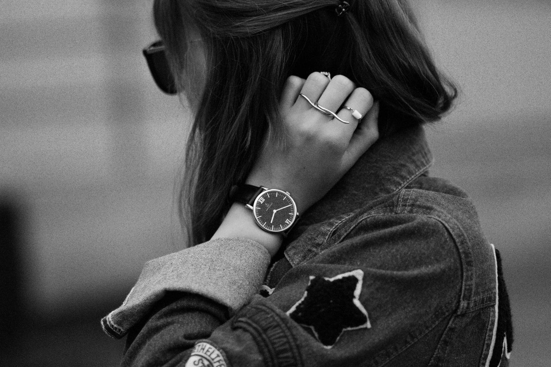 Bezaubernde Nana, bezauberndenana.de, Boyfriend Jeansjacke mit Patches, Patches Trend, schwarzes Spitzenkleid, Sammy Dress, Adidas Superstar Sneaker, Casual Outfit, Streetstyle