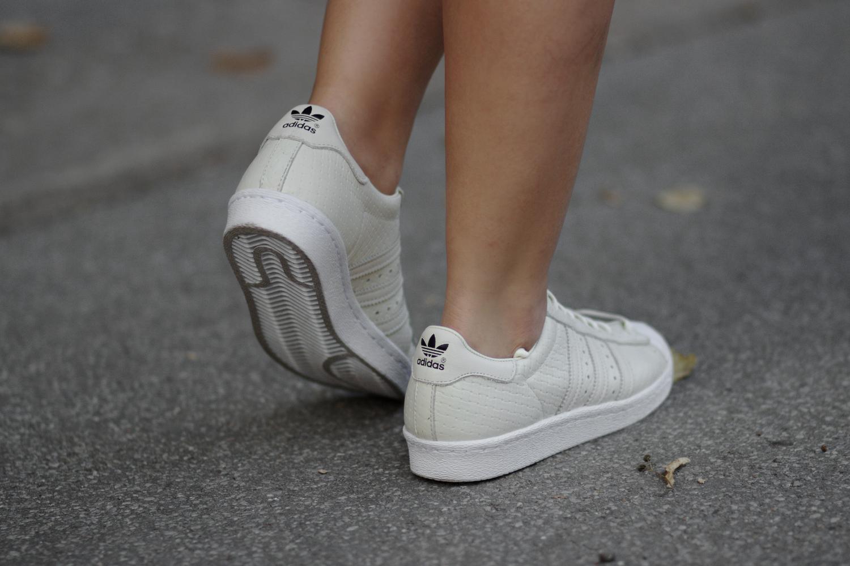 Kleid mit Sneaker, Adidas Superstar 80s Beige, braune Wildlederjacke, Sommer Herbst Outfit, Streetstyle, Fashion Blog, Modeblog, Bezaubernde Nana, bezauberndenana.de