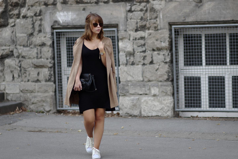 Schwarzes Kleid mit Sneaker und brauner Wildlederjacke