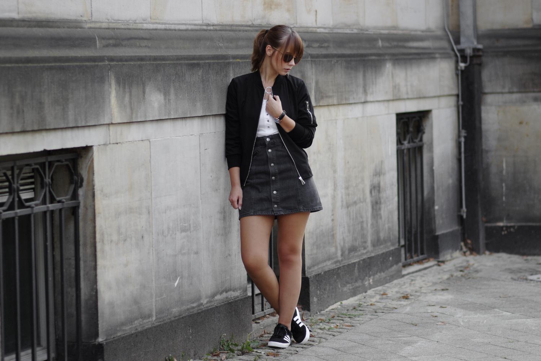 Outfit mit Bomberjacke, schwarzer Jeansrock, Adidas Gazelle Sneaker, schwarze Bomberjacke, Labradorite Ringe, Kapten & Son Uhr, lässiges Outfit, Streetstyle, bezauberndenana.de