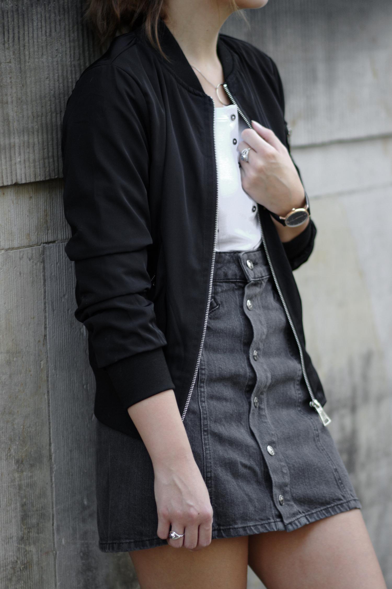 Outfit mit Bomberjacke, schwarzem Jeansrock und Adidas