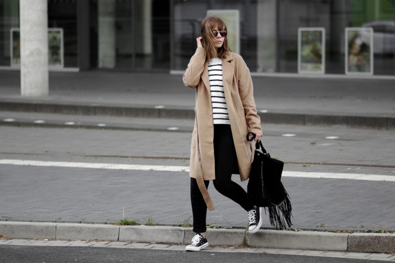 herbst outfit mit braunem mantel streifen pullover und. Black Bedroom Furniture Sets. Home Design Ideas