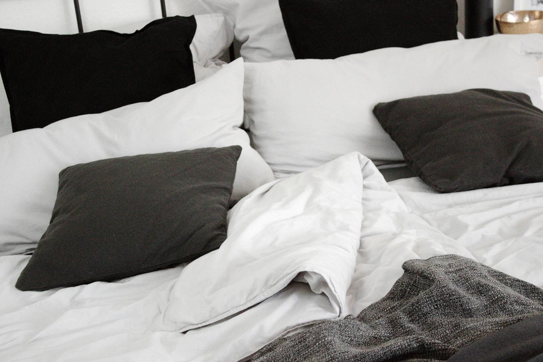 Schlafzimmer Einrichtung, Bett, Interior, Dekoration, Wohnen, Schwarz-weiß, Minimalistisch, Metallbett, Ikea, H&M Home