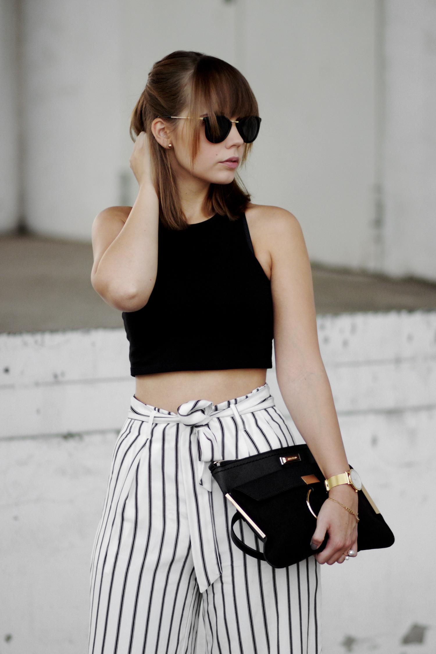 Weite gestreifte Hose von Zaful, Schwarz-weiß Outfit, schwarzes Crop Top, schwarze Sandaletten, Streetstyle, Rosefield Uhr, bezauberndenana.de