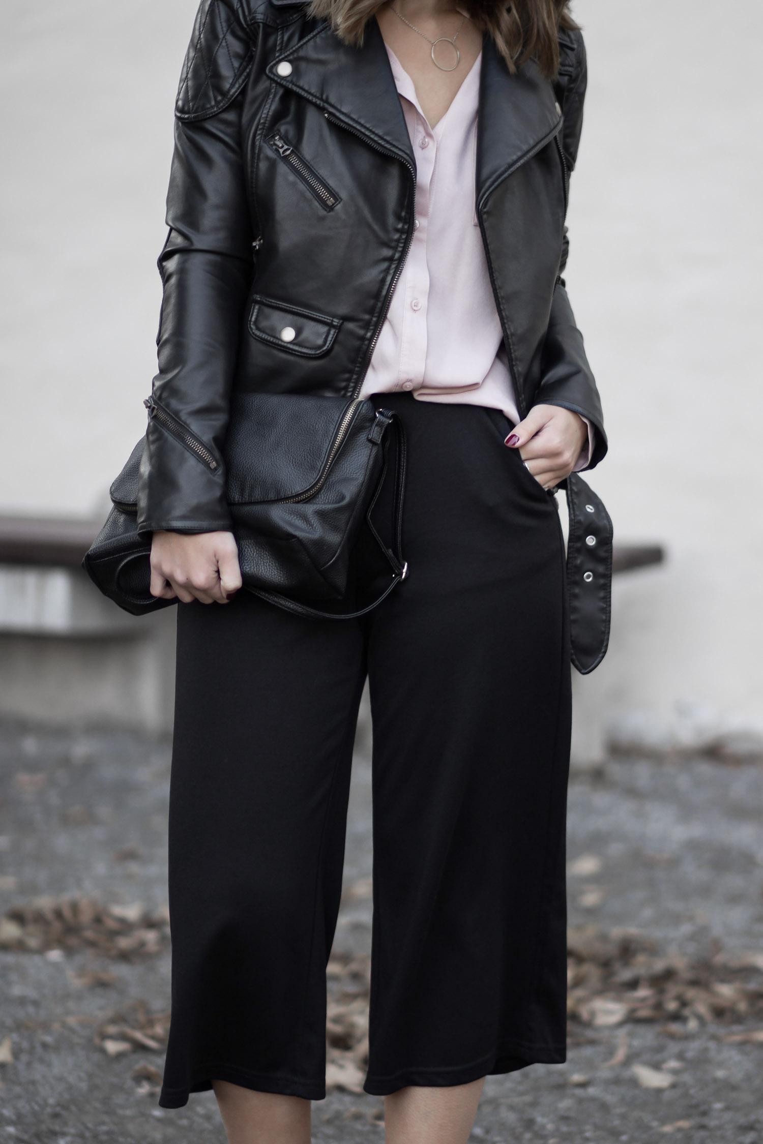 Outfit mit Culotte, schwarze Culotte, Bikerjacke Denim & Supply, rosa Hemd, graue Fransen Heels Schuhtempel24. Streetstyle, Herbstoutfit, bezauberndenana.de