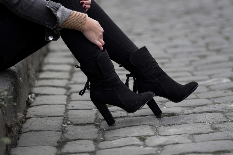 neues Hoch Schönheit jetzt kaufen schwarze-jeansjacke-im-herbst-brauner-strickpullover ...