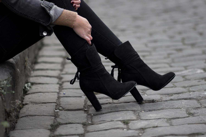 Jeansjacke im Herbst, schwarze Jeansjacke, brauner Strickpullover mit Rollkragen, schwarze Jeans, schwarze Stiefeletten zum Schnüren, Herbst Outfit, Streetstyle, bezauberndenana.de