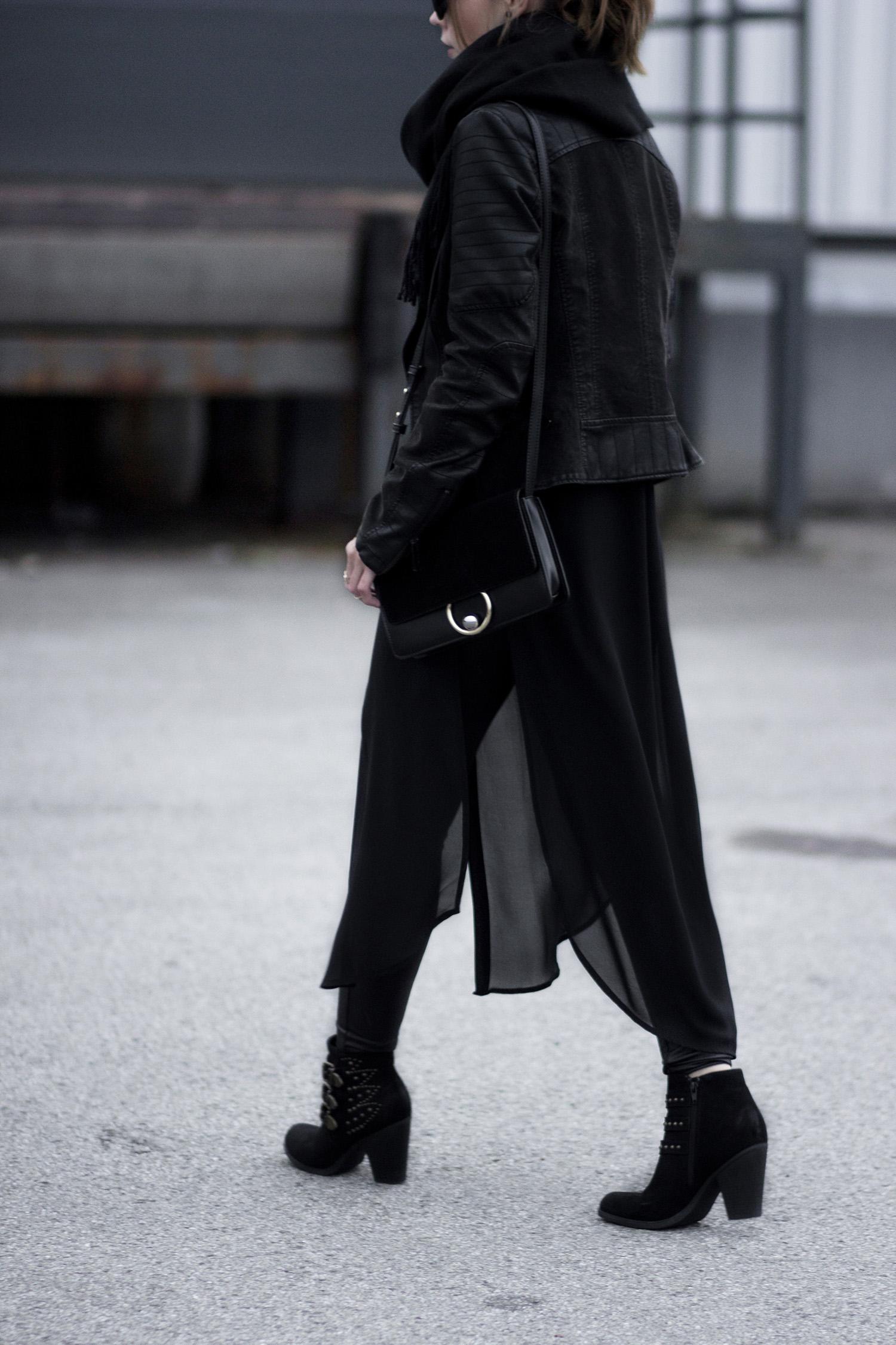 All Black Outfit, schwarz kombinieren, lange Bluse, Lederleggings, Lederjacke, Herbstoutfit, Streetstyle, bezauberndenana.de