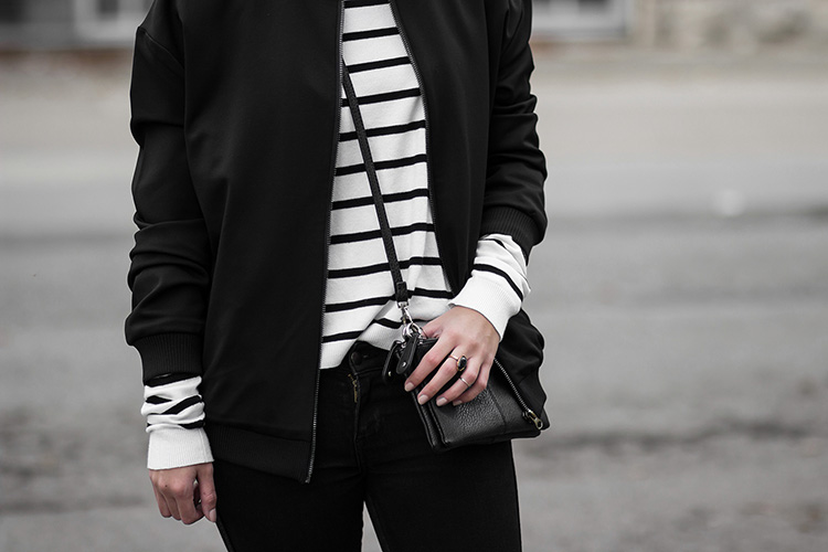 Bomberjacke mit Patches, Circle of Trust, Outfit mit Bomberjacke, gestreifter Pullover, schwarze Jeans, Adidas Superstars, schwarz-weiß Outfit, casual, Streetstyle, bezauberndenana.de