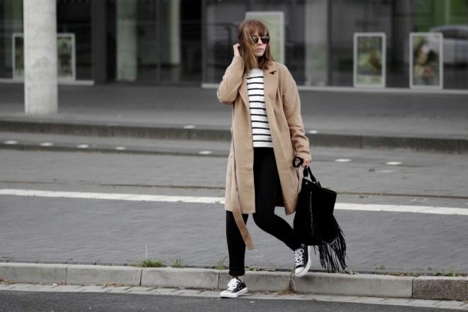 Herbst Lookbook 2016, bezauberndenana.de, Camel Coat, brauner Mantel, Streifen Pullover, schwarze Jeans, Converse All Star sneaker, Outfit