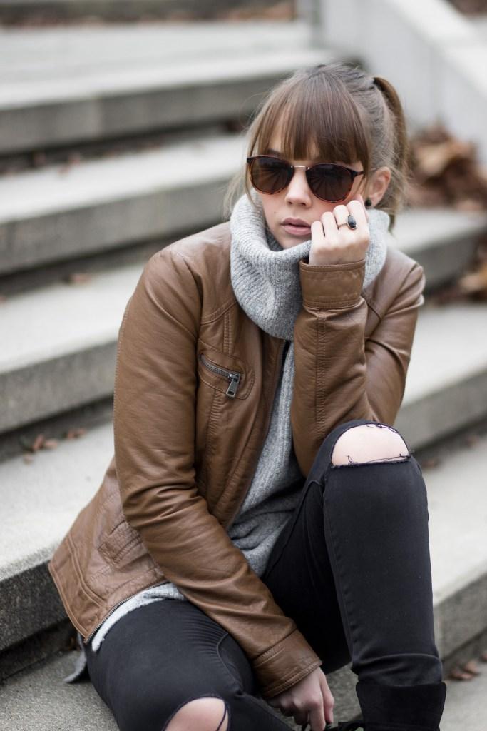Herbst Lookbook 2016, bezauberndenana.de, grauer Strickpullover, braune Lederjacke, Outfit