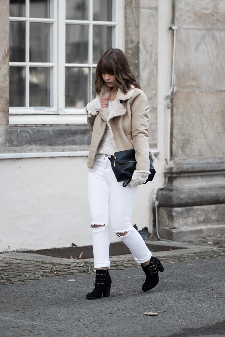 Herbst Lookbook 2016, bezauberndenana.de, Shearling Jacke, Strickpullover, weiße Jeans, Nieten Stiefeletten, Outfit