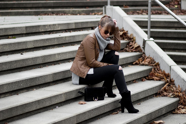 Herbst Outfit mit Lederjacke und Strickpullover, braune Lederjacke, grauer Strickpullover mit Rollkragen von Mango, schwarze Hose mir Rissen, Stiefeletten zum Schnüren von JustFab, goldene Rosefield Uhr, Tasche von Mango, Streetstyle, bezauberndenana.de