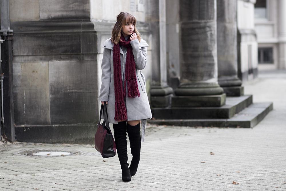 Outfit mit grauem Mantel, oversize Pullover und Overknees