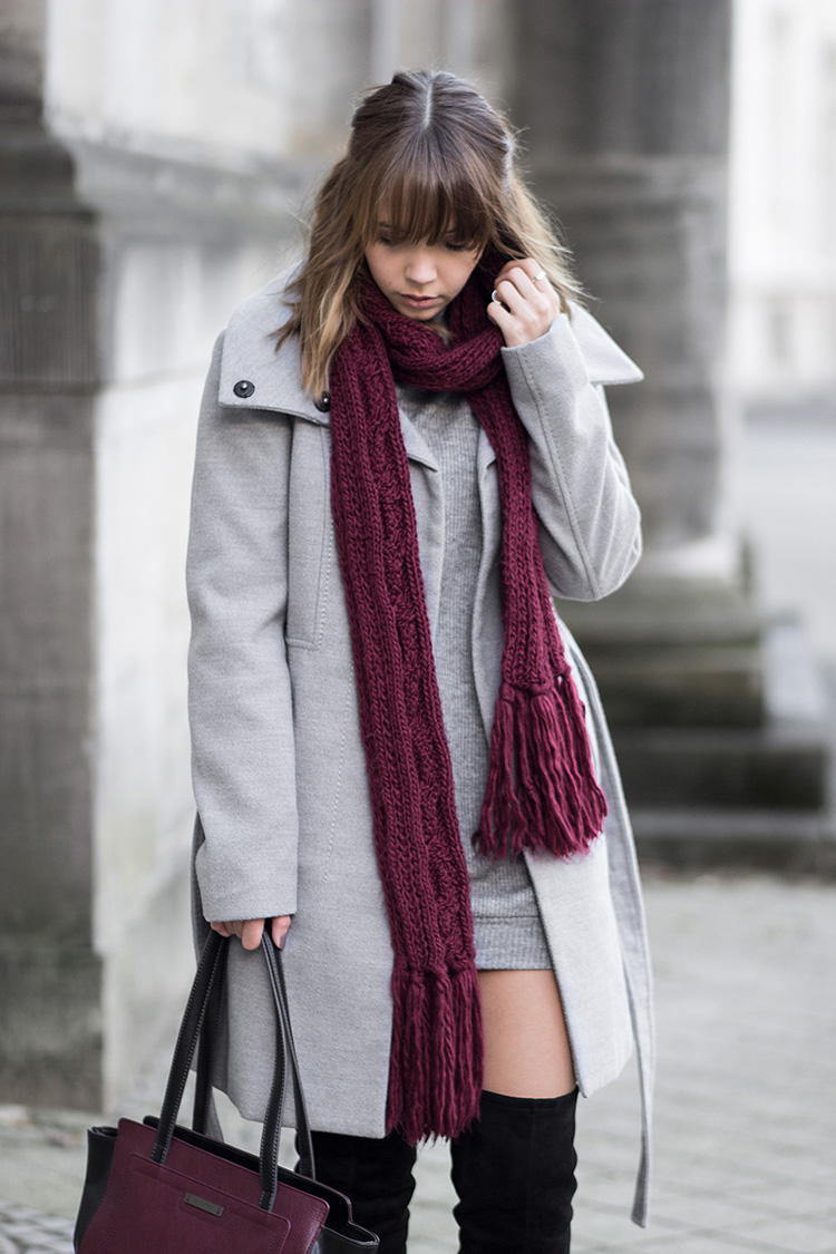 oversize Pullover und Overknees, Outfit mit schwarzen Overknee Stiefeln, grauer Mantel, oversize Pullover als Kleid, Burgundy Tasche, Strickschal, Winteroutfit, Streetstyle, bezauberndenana.de