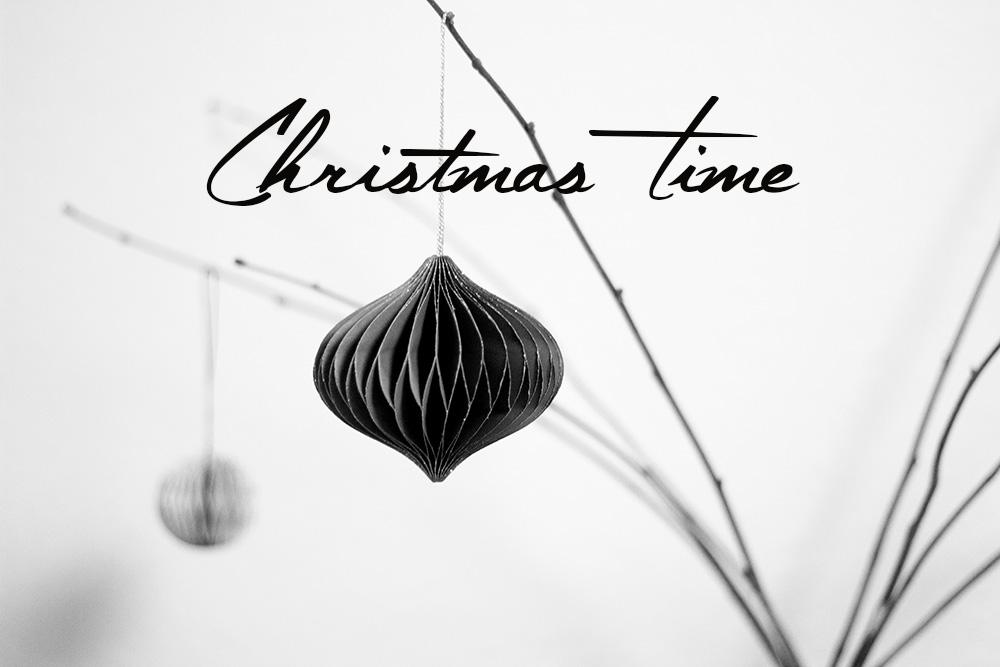 Minimalistische Weihnachtsdeko in Kupfer und Schwarz