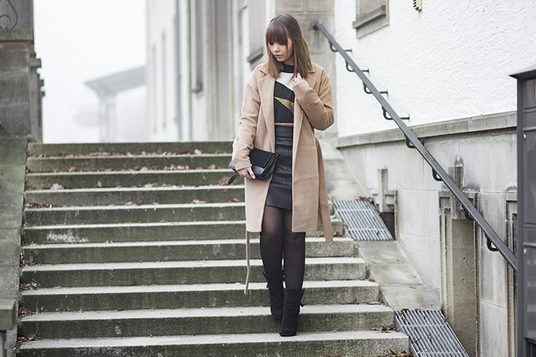Perfektes Weihnachtsoutfit, festliches Outfit für Weihnachten, Glitzer Pullover von Edited, schwarzer Lederrock, Camel Coat, bezauberndenana.de
