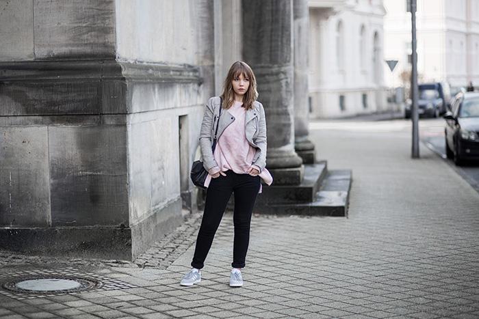 lässiges-outfit-mit-grauer-lederjacke-about-you-rosa-strickpullover-adidas-gazelle-sneaker-übergangsjacke-casual-streetstyle-bezauberndenana (1)