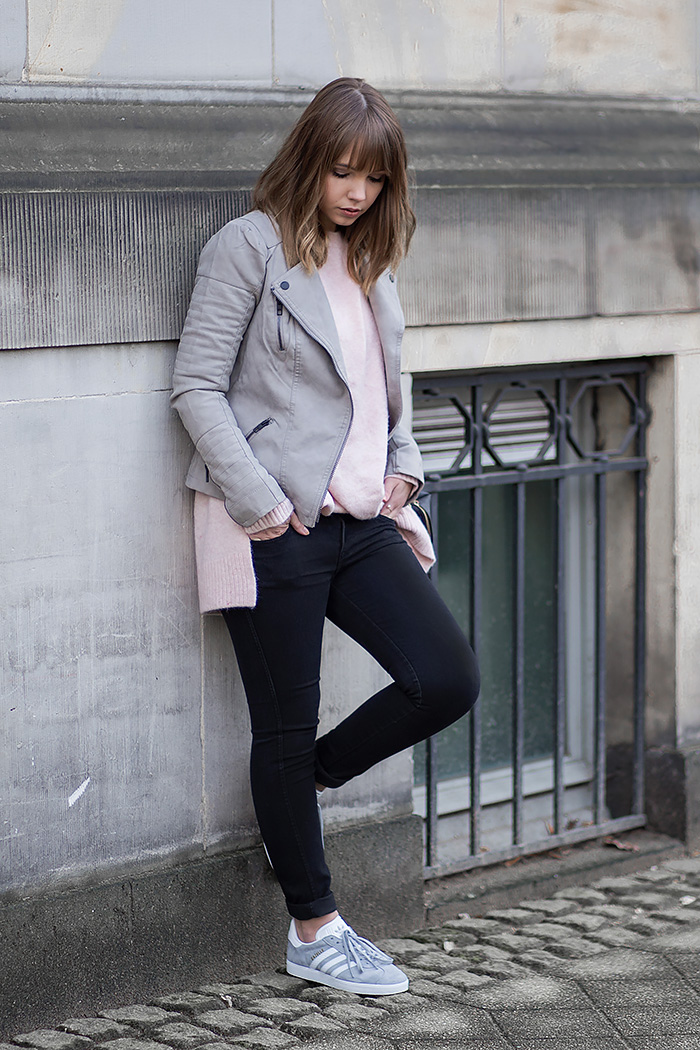 Outfit mit grauer Lederjacke rosa Strickpullover und Adidas Gazelle Sneaker - Bezaubernde Nana