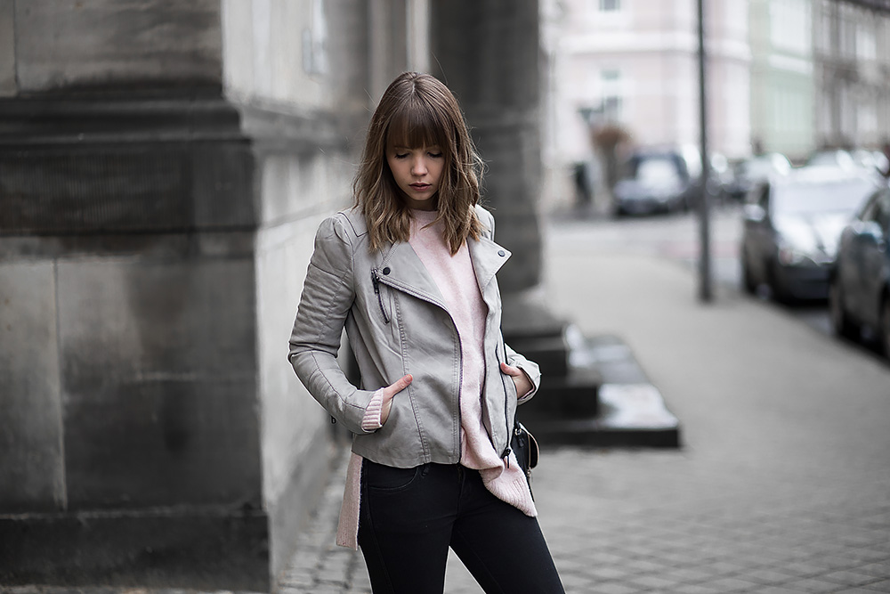 outfit mit grauer lederjacke rosa strickpullover und adidas gazelle sneaker bezaubernde nana. Black Bedroom Furniture Sets. Home Design Ideas