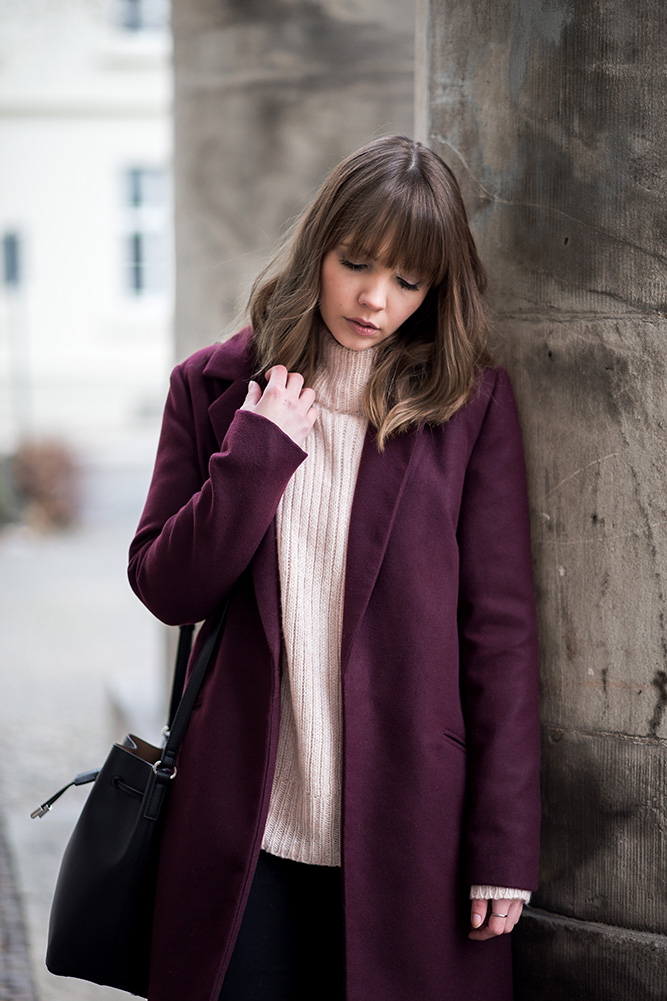 outfit-mit-burgundy-mantel-date-night-winter-rosa-strickpullover-bucket-bag-mango-streetstyle-bezauberndenana (11)