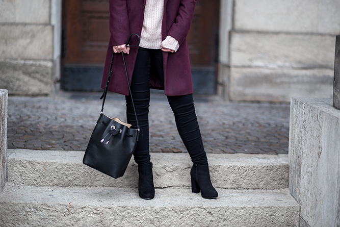 outfit-mit-burgundy-mantel-date-night-winter-rosa-strickpullover-bucket-bag-mango-streetstyle-bezauberndenana (19)