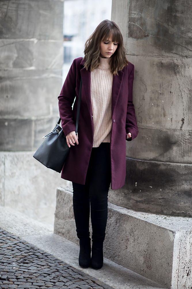 outfit-mit-burgundy-mantel-date-night-winter-rosa-strickpullover-bucket-bag-mango-streetstyle-bezauberndenana (2)