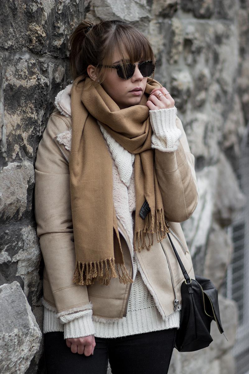 Winter Outfit mit Shearling Jacke, Beige Bikerjacke mit Lammfell von H&M, Strickpullover, brauner Schal, schwarze Jeans, beige Adidas Superstars 80s, Ace & Tate Sonnenbrille Turner, Streetstyle, bezauberndenana.de