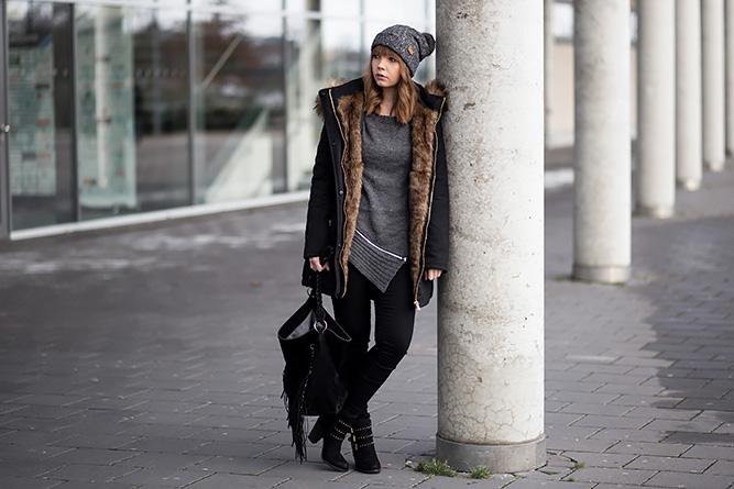 winter-outfit-schwarzer-parka-strickullover-mit-reißverschluss-schwarze-jeggings-nieten-stiefeletten-streetstyle-bezauberndenana (1)