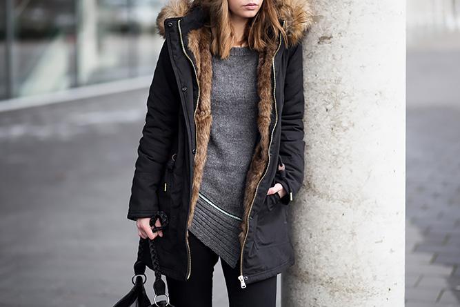 Winter Outfit mit Parka, schwarzer Parka Pull&Bear, Strickpullover mit Reißverschluss, schwarze Jeggings, Nieten Stiefeletten, Streetstyle, bezauberndenana.de