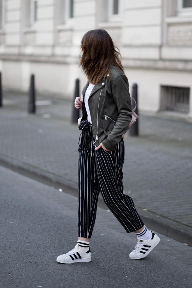 athleisure-trend-outfit-new-look-gestreifte-hose-adidas-superstars-khaki-lederjacke-rosegoldener-rucksack-sportlich-lässig-streetstyle-bezauberndenana (1)